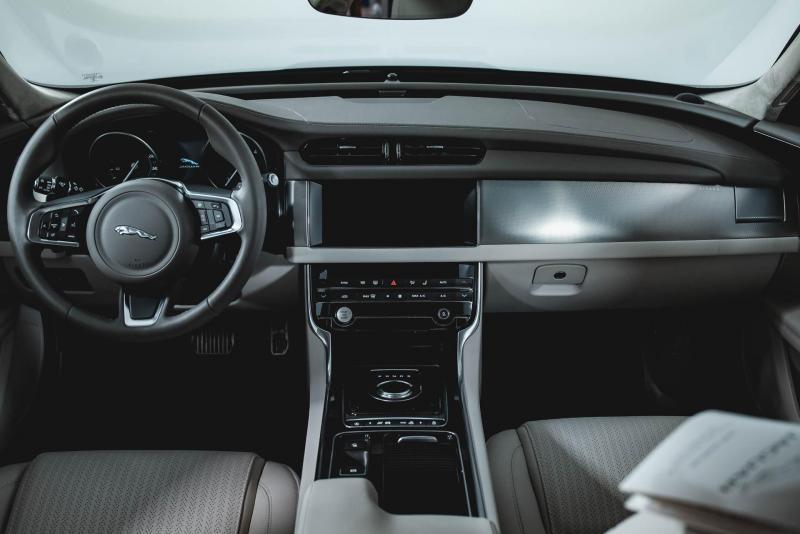 Jaguar XF 2.0 D AT (180 л. с.) Prestige